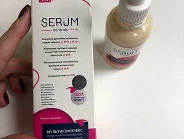 Женщина демонстрирует крем serum для лица